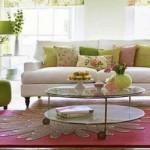 4-pernute decorative in nuante de vernil si roz pe canapea alba living