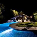 4-piscina luminata noaptea curte casa din piatra Ibiza