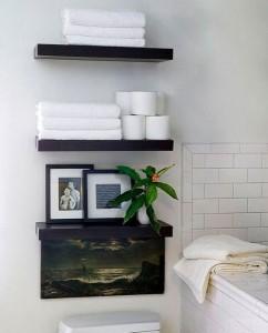 4-polite montate pe perete deasupra toaletei dintr-o baie mica