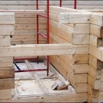 4-ridicarea peretilor prin imbinarea perfecta a popilor din lemn