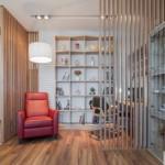 4-stinghii verticale din lemn penru separarea vizuala a biroului de hol