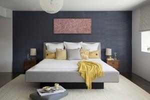 4-tapet decorativ gri inchis aplicat pe peretele de la capul patului din dormitor