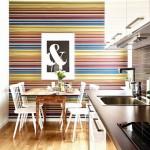 4-tapet in dungi multicolore orizontale in decorul peretelui din dreptul locului de luat masa