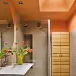 4-tavan portocaliu mansardat decor baie moderna finisata in bej si alb