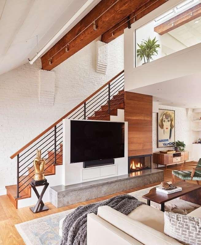 4-televizor-semineu-decorativ-sub-scara-interioara-living