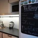 4-usa frigider vopsita cu vopsea neagra cu efect de tabla de scris