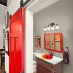 4-usa glisanta langa perete rosie din lemn amenajare baie mica