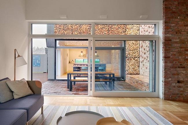 4-vedere din living spre bucatarie prin atrium casa moderna ecologica norvegiana