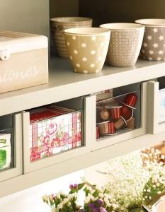 4-vitrina mic dejun cu cani cutii de ceai si doze de cafea distribuite in sertare individuale
