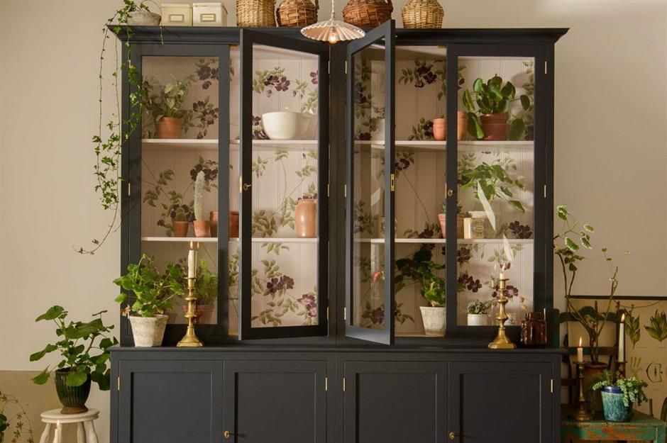 4-vitrina-veche-vopsita-suport-plante-verzi