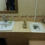 4-wc turcesc montat in blatul lavoarului din baie
