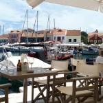 40-mese cafenea in portul din Fiskardo Kefalonia