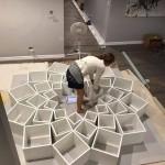 5-Jessica Breem asezand piesele bibliotecii din living inainte de a le fixa pe perete