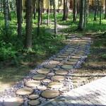 5-alee rustica printre copaci din felii de lemn si pietris