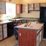 5-aplicarea foliei HPL pe canturile frontale ale mobilierului vechi de bucatarie