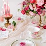 5-aranjament decorativ romantic cu accente florale pentru masa de ziua indragostitilor