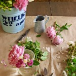 5-aranjament floral din bujori in borcan de sticla si galeata de tabla vintage