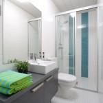 5-baie mica apartament cu cabina dus walk in amenajata in alb cu turcoaz