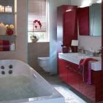 5-baie moderna in alb si rosu cu multiple spatii de depozitare
