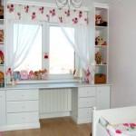 5-birou dulapuri si etajere in jurul ferestrei din camera unei fetite