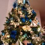 5-brad de Craciun modern decorat cu flori artificiale albastre