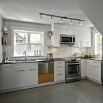 5-bucatarie alba mobilier pe colt casa mica 62 mp