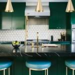 5-bucatarie-eleganta-cu-mobilier-verde-inchis-si-blat-de-marmura-neagra