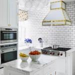 5-bucatarie mica finisata si mobilata in alb cu accente decorative