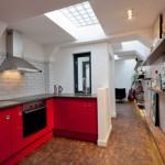 5-bucatarie moderna cu faianta recuperata din baia publica in care a fost amenajata casa