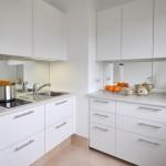 5-bucatarie moderna cu mobila alba proiectata de ambele laturi ale coloanei de aerisire