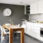 5-bucatarie moderna cu mobilier alb minimalist si masa din lemn masiv