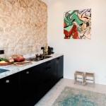 5-bucatarie moderna minimalista cu puternice accente rustice casa mica de 45 mp