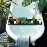 5-cada cu picioare in baie cu multe plante verzi
