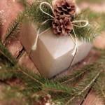 5-cadouri de Craciun impachetat in hartie de copt si decorat cu crengute si conuri de brad