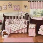 5-camera bebe amenajata si decorata in maro si roz pal