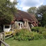 5-casa mica tip cob acoperis stuf imagine de poveste