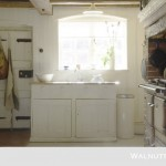 5-chiuveta la geam bucatarie rustica cu plita pe foc de lemne