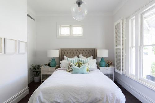 dormitor alb mic pat bej tapitat