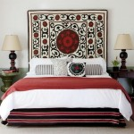 5-dormitor amenajat in stil oriental perete decorat cu carpeta