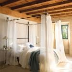 5-dormitor calduros si intim cu multe textile pe pat si in jurul acestuia