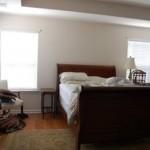 5-dormitor cu patul asezat intre doua ferestre inainte de amenajare