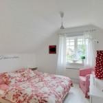 5-dormitor mic finisat in alb si decorat cu textile in alb si rosu