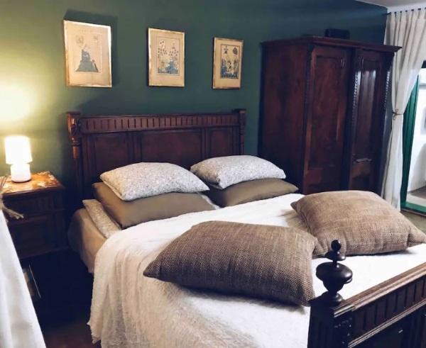 dormitor verde mobila lemn masiv maro