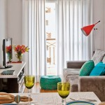 5-exemplu amenajare living mic cu accente colorate bleu turcoaz si portocalii