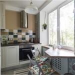 5-exemplu configurare si amenajare bucatarie mica mobila alba si faianta multicolora