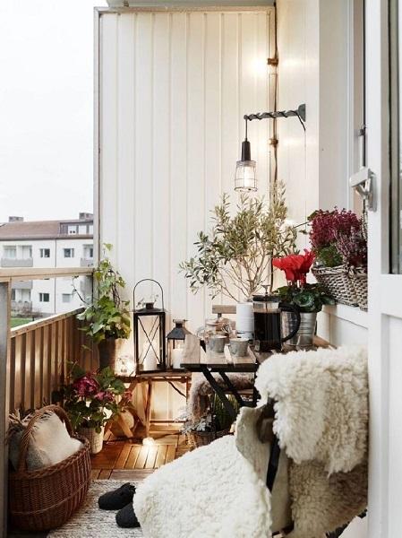 5-felinare flori si alte elemente decorative in amenajarea unui balcon mic in stil nordic