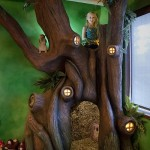 5-fetita cocotata in crengile copacului artificial construit de tatal sau