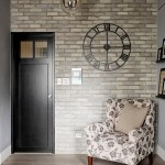 5-fotoliu asezat in fata unui perete finisat cu tapet cu imprimeu de caramida aparenta