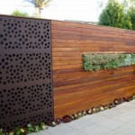 5-gard modern din metal si stinghii de lemn montate pe orizontala