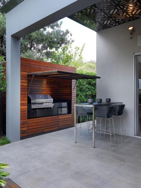 5-gratar integrat intr-o constructie cu usa rabatabila langa terasa casei